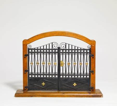 Modell eines Gittertores im Holzgestell