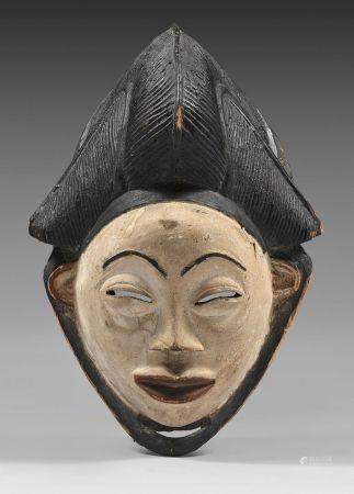 Masque Punu/Lumbo (Gabon)Masque okuyi/mukuyi classique à coiffe à coque centrale bordée de deux