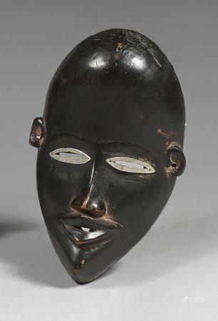 Masque Dan (Côted'Ivoire) à haut front, yeux fendus bordés d'aluminium et bouche projetée vers