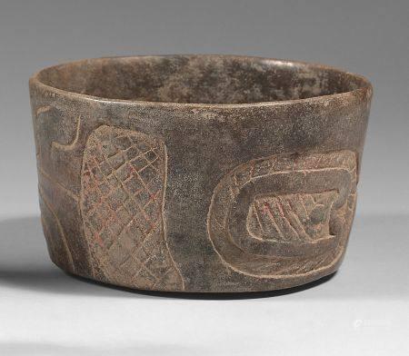 Beau vase cylindrique gravé sur ses parois externes d'une tête stylisée de la divinité dragon s