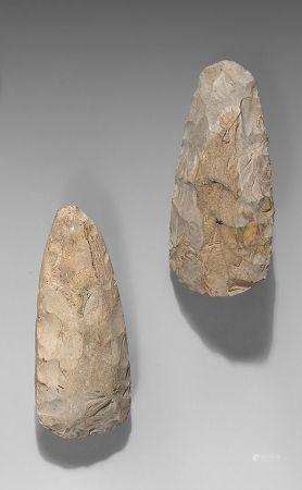 Lot comprenant une hache taillée et une hache polie.Silex gris.Belgique, Néolithique Spiennes.L