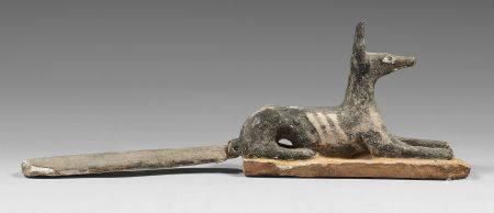Statuette d'Anubis sous la forme d'un chacal couché, les oreilles dressées et les côtes indiqué