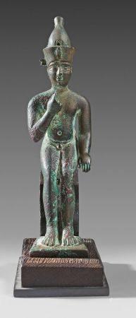 Statuette d'Harpocrate Horus assis coiffé de la couronne de Haute et Basse Égypte. Il porte l'i