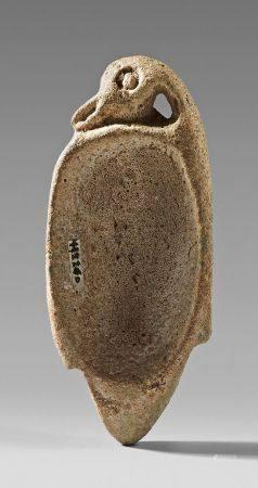 Cuillère à fards en forme de canard troussé dont le ventre est évidé en cupule.Faïence (restaur