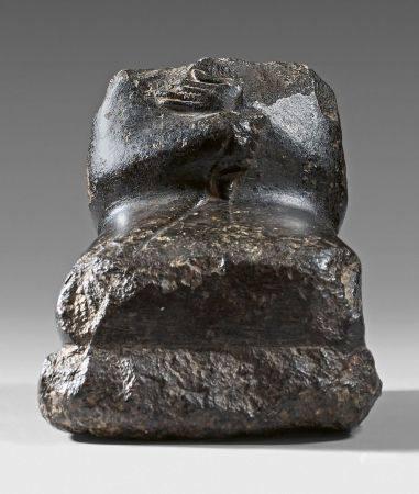 Statuette acéphale assise en tailleur et emmitouflée dans un manteau.Diorite.Égypte, Moyen Empi