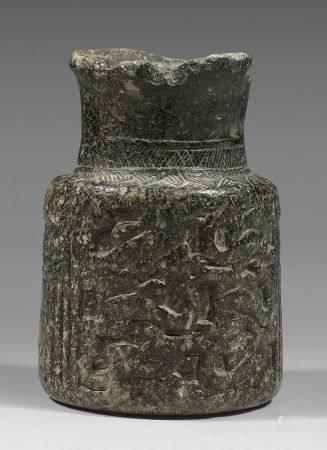 Rare vase à panse tubulaire et haut col. La panse est décorée de deux portes à linteau courbe e