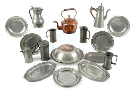 A collection of pewter wares, consisting of 18 jugs, plates, trays and bowls, 18/19th C.