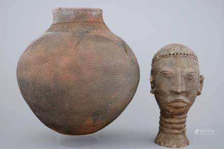 A large African pottery jug and a sculpted head, 1st half 20th C.