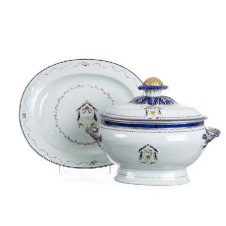 Chinese porcelain tureen with presentoir in Chinese porcelain, Jiaqing