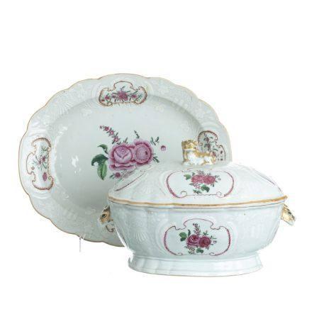 Bianco-sopra-bianco Chinese porcelain Tureen with presentoir, Qianlong