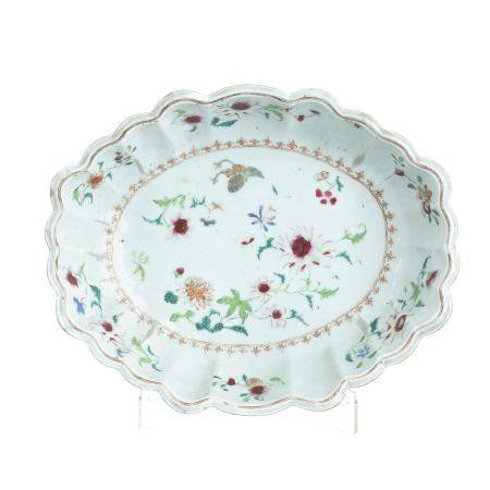 Chinese porcelain scalloped oval bowl, Qianlong