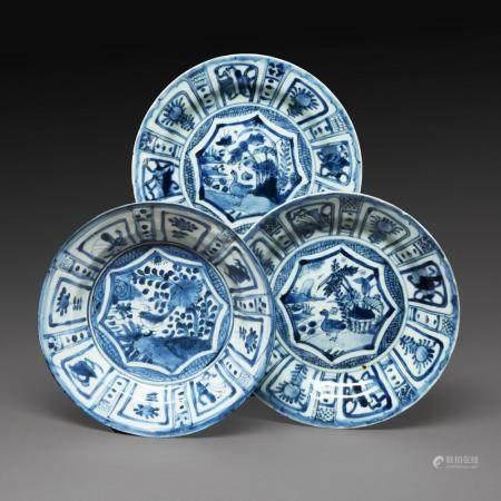 SUITE DE TROIS PLATS DE TYPE KRAAK en porcelaine et émaux bleu de cobalt sous couverte, à décor de motifs floraux et animalier....