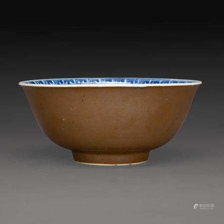 COUPE en porcelaine et émail capucin, l'intérieur décoré en bleu sous couverte de motifs de ruyi formant une fleur. Chine, d...