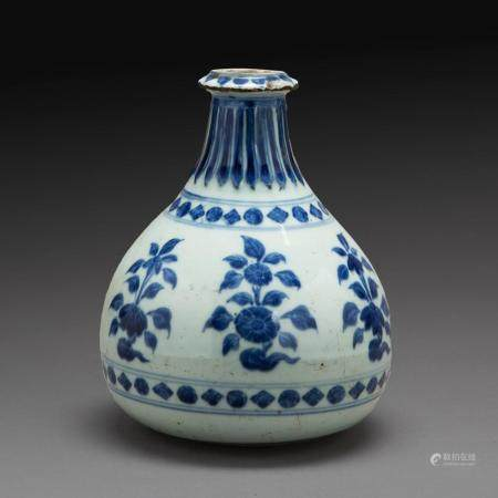 VASE BOUTEILLE DE TYPE YUHUCHUN en porcelaine et émaux bleu de cobalt sous couverte, à décor de fleurs de chrysanthème, le col...