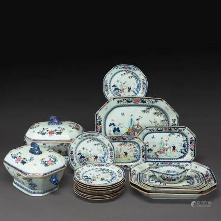 PARTIE DE SERVICE DE LA COMPAGNIE DES INDES en porcelaine et émaux polychromes de la famille rose, comprenant 22 pièces : deu...