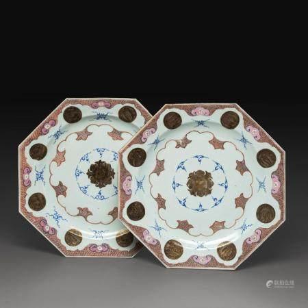 PAIRE DE PLATS DE FORME OCTOGONALE en porcelaine et émaux bleu, rose, corail et gris, avec rehauts de dorure, à décor de motif...
