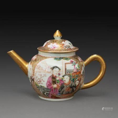 THÉIÈRE COUVERTE en porcelaine, émaux polychromes de la famille rose et rehauts de dorure, la panse ornée de deux médaillons su...