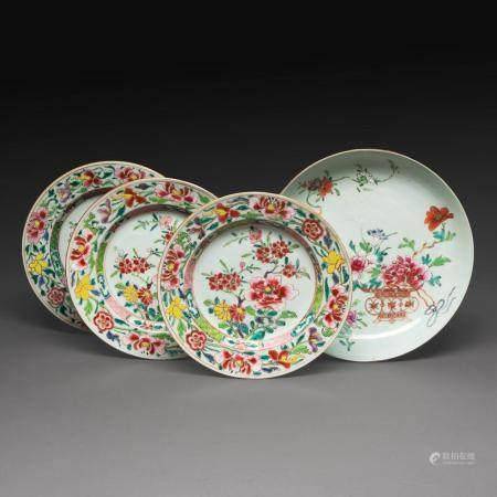 SUITE DE QUATRE PIÈCES comprenant trois assiettes et une coupe, en porcelaine et émaux polychromes dans le style de la famille...