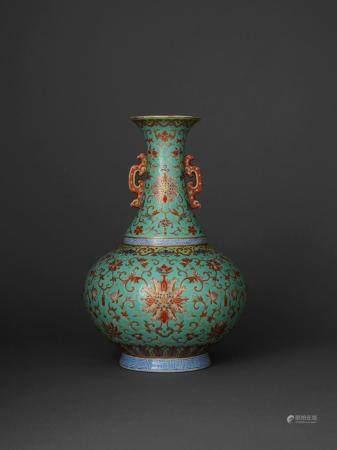 RARE VASE BOUTEILLE À DEUX ANSES en porcelaine et émaux polychromes de type yangcai sur fond turquoise, avec rehauts de dorure,...