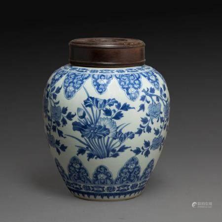 POT À GINGEMBRE en porcelaine et émaux bleu de cobalt sous couverte, à décor alterné de fleurs de lotus et de pivoines, l'épaul...