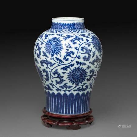 JARRE en porcelaine et émaux bleu de cobalt sous couverte, à décor de pivoines et rinceaux, le col et la base ornés de feuilles...