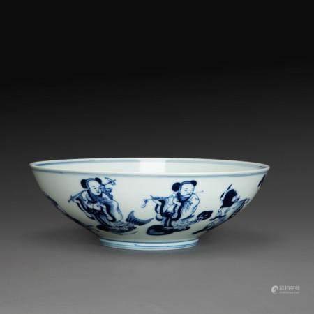 COUPE en porcelaine blanche à décor en bleu sous couverte de Shoulao et d'un daim en médaillon central, le pourtour orné des hu...