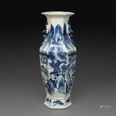 VASE HEXAGONAL en porcelaine bleu-blanc, à décor d'un paysage lacustre animé de pavillons et embarcation sur fond de montagnes...