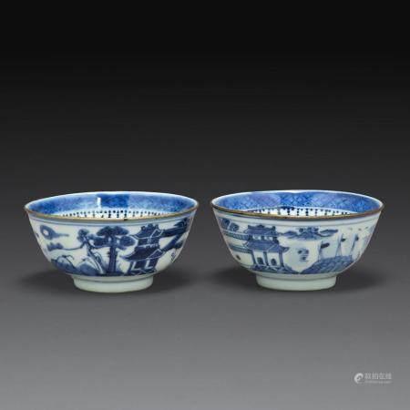 """PAIRE DE BOLS en porcelaine bleu-blanc dite """"de Hué"""", à décor d'une scène paysagée, vue d'architectures et cité lacustre ; les..."""