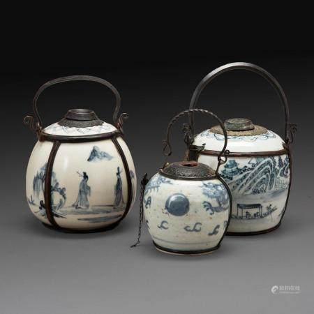SUITE DE TROIS PIPES À EAU en porcelaine bleu-blanc et monture en cuivre de patine brune, à décor de paysages lacustres, person...