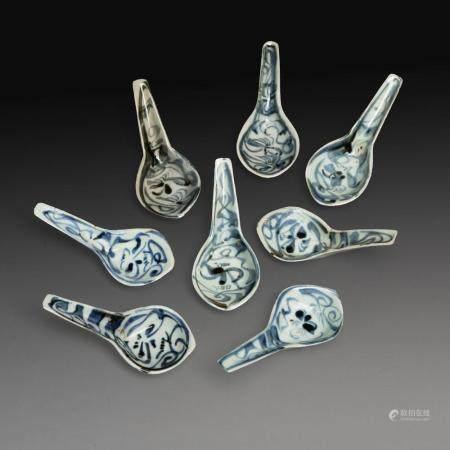 SUITE DE HUIT CUILLIÈRES en porcelaine bleu-blanc, à décor de fleurs de lotus stylisées. (Petits défauts de cuisson). Chine...