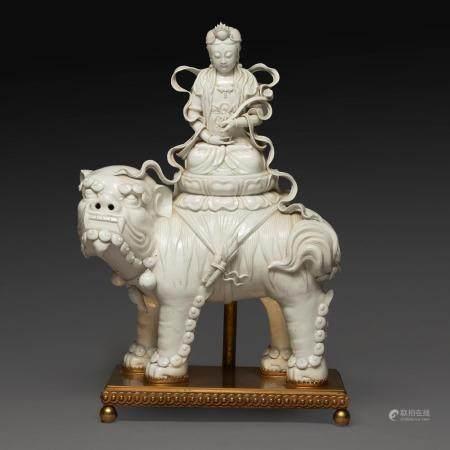 IMPORTANT SUJET en porcelaine blanc-de-Chine, représentant la déesse Guanyin assise en méditation sur un lotus porté par un lio...