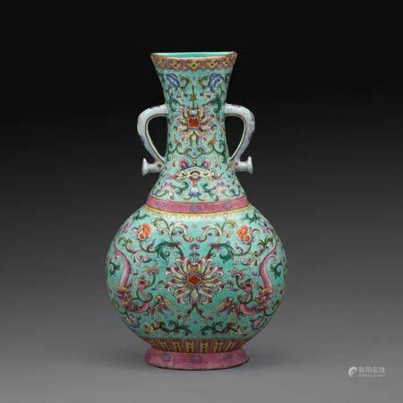 VASE D'APPLIQUE de forme balustre, en porcelaine et émaux polychromes dans le style de la famille rose, à décor sur fond bleu...