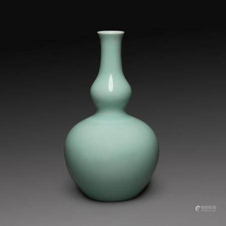 VASE DE FORME COLOQUINTE en porcelaine émaillée céladon pâle, la base du col présentant un léger renflement. Chine, XXe siècl...
