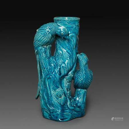 VASE en biscuit émaillé bleu turquoise, reprenant la forme d'un bambou entouré de deux faisans. Chine, vers 1900. (Petite r...
