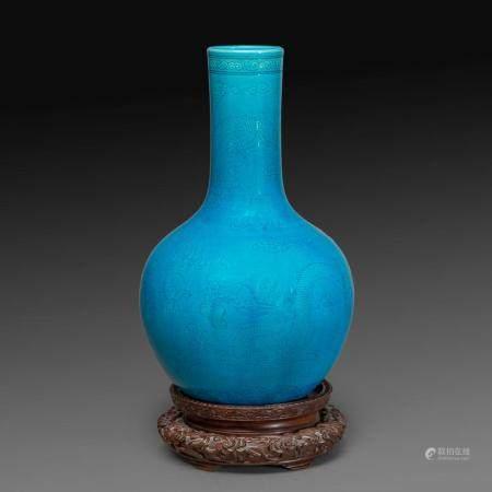 VASE TIANQIUPING en porcelaine émaillée turquoise, à décor incisé sous la couverte de trois dragons à cinq griffes poursuivant...