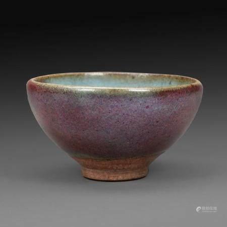 PETITE COUPE en céramique de type Junyao, émaillée de bleu infusé de nuages aubergines. (Petit défaut d'émail à l'intérieur,...