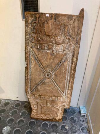 Porte Senufo (Côted'Ivoire).La surface est gravée en basrelief de trois registres. Le motif c