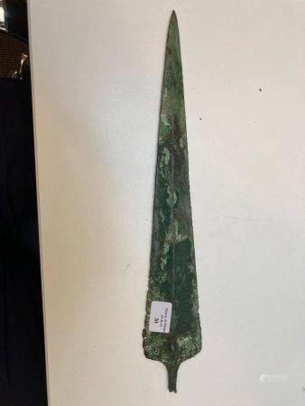 Dague à lame triangulaire et soie recourbée.Alliage cuivreuxChypre (?), Âge du Bronze final.H: