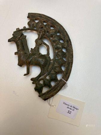 Fragment de boucle de ceinture circulaire ajourée au motif de cavalier passant à gauche.Bronze