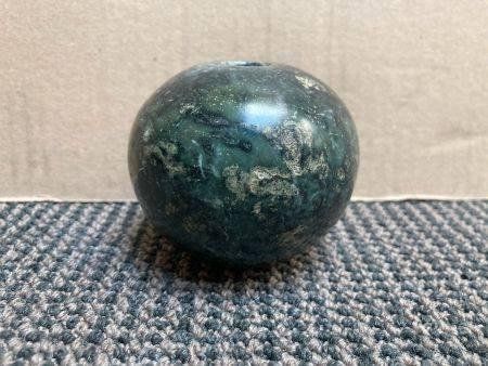 Masse globulaire en pierre verte.Iran du Nord ou Transcaucasie, Âge du Bronze récent, deuxième