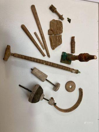 Lot de tabletterie fragmentaire (fusaïoles et quenouilles).Os et bronze.Égypte, période romaine