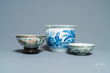 A Chinese blue and white jardiniere and two famille verte bowls, 19/20th C.