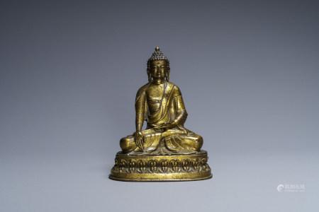 A Sino-Tibetan gilt bronze figure of Buddha Shakyamuni, 18/19th C.