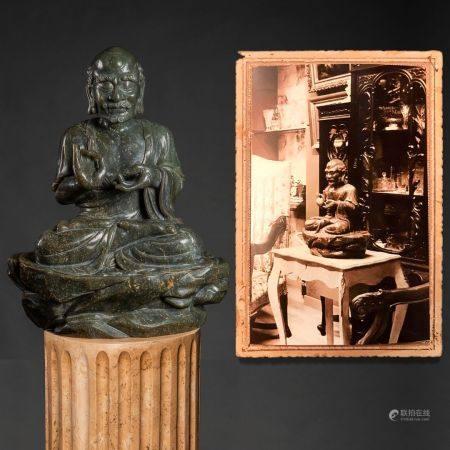 """""""Lohan"""" Importante sculpture en jade vert coloré épinard dynastie Qing (1644 - 1912)Il estrepré"""