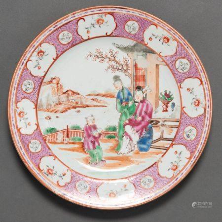 Plat en porcelaine chinoise de la famille rose. Travail chinois, XVIIIe sièclePrésente une scèn