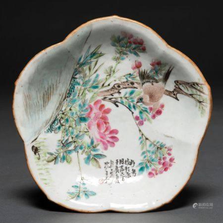 Fontaine à profil mixtiligne en porcelaine d'os. Travail chinois, XIXème siècleDécoration d'ois