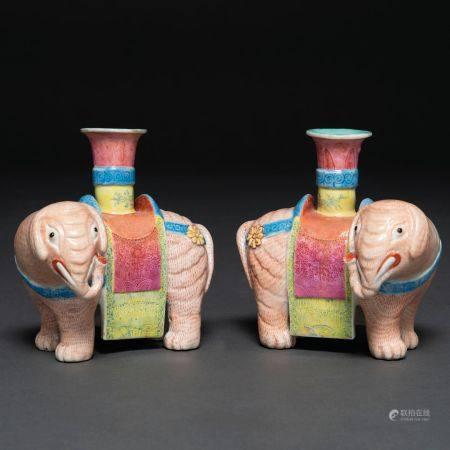 Paire de chandeliers en forme d'éléphant en porcelaine Compagnie des Indes, XIXème siècleBon ét
