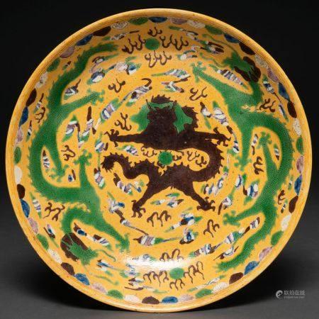 Grande assiette en porcelaine chinoise jaune et verte. Travail chinois, XIXème siècleDécoré de