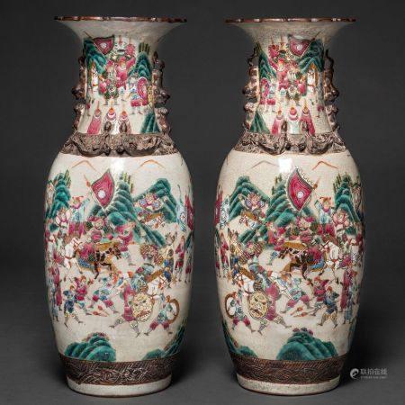 Paire de vases en porcelaine chinoise de Nankin. Travail chinois, XIXe-XXe siècleDécoré de scèn