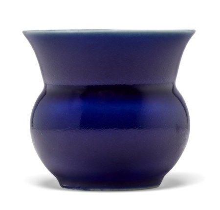 清光绪 蓝釉小渣斗 六字楷书款 GUANGXU SIX-CHARACTER MARK IN UNDERGLAZE BLUE OF THE PERIOD (1875-1908)